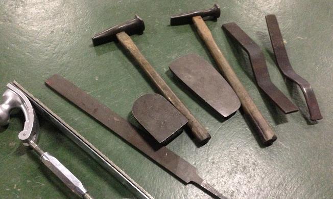 板金の工具 当て板とハンマー